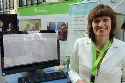 Beatrix Andersen am Stand von FamilySearch